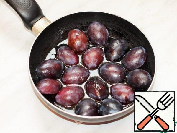 Put the plum and simmer a little (2 minutes) until medium soft. It all depends on the plum, hard or soft. Then spread the plum on a dish. The syrup is left behind.