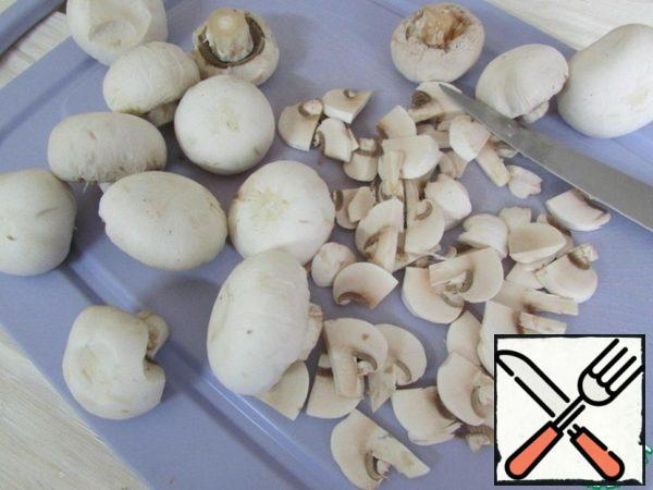 Meanwhile peel the champignons. Cut into plates.