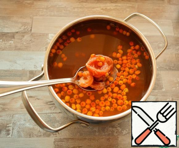 Pour the dried apricots and sea buckthorn with water, put on the stove, bring to a boil, reduce the heat, boil for 5 minutes. Turn off the stove and leave to cool. After the broth has cooled, leave it to infuse at room temperature for 10-12 hours (for example, overnight)
