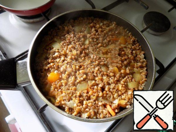 At the very end of cooking, mix well the vegetables with buckwheat, because the vegetables we have below. Keep on fire for another 3 minutes and the porridge is ready. Here is this have us broke a already an independent now. Porridge is very tasty and it can be eaten without anything.