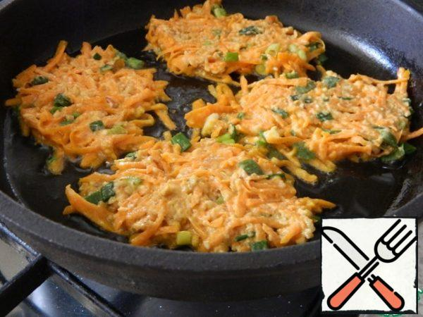 On a well-heated pan, add the oil, spread the dough in small portions and fry until cooked pancakes.