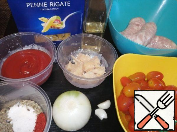 Let's start by preparing the ingredients for the sauce. To begin, cut the onion into small cubes, chop the garlic with a knife, cut the sausages.