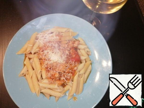 In this same time are posing pan for pasta. It is better to take a short paste, and fit farfale, feathers, Penne. Cook pasta in salted water until al dente. Put the pasta on a plate, then pour the sauce, RUB the Parmesan on top. Our dish is ready. All Bon appetit.