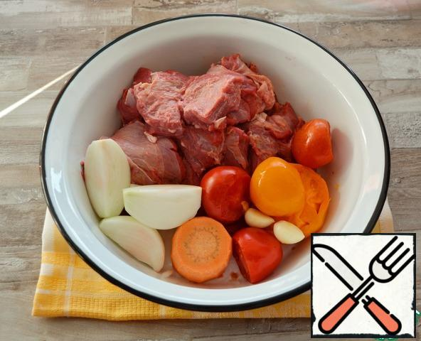 Mince the lamb, onion, carrots, tomatoes and garlic. I have red and yellow tomatoes, but you can take any.