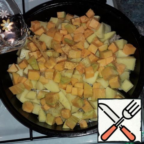 Lay out layers of turnips, potatoes and pumpkin, introducing spices and salting each layer. Pour water, cover, reduce heat to low and leave to simmer for 45 minutes.