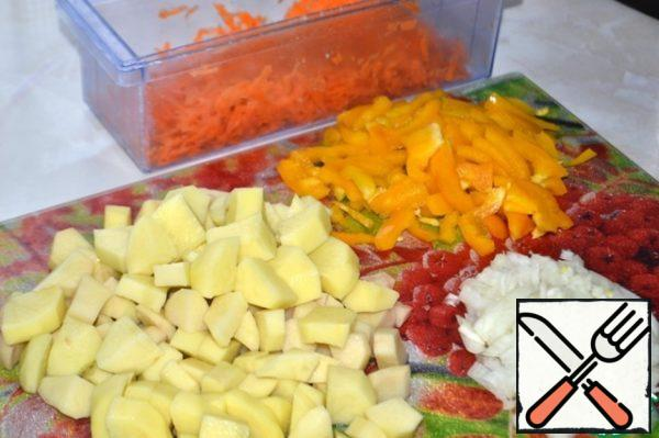 Carrots grate on a coarse grater, pepper cut into small strips, onions-cubes, potatoes-large cubes.