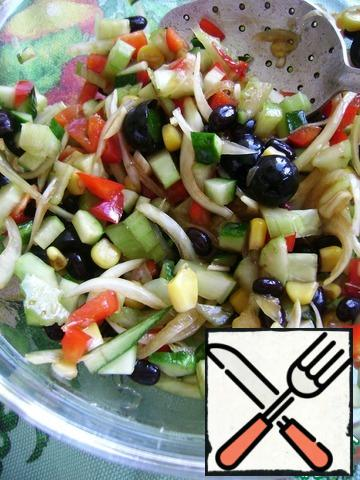 Add to the onions the rest of the products. Drizzle salad oils and randomize.