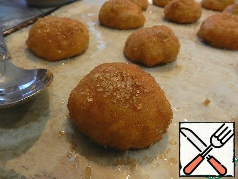 From the resulting dough to form balls in diameter 5cm (slightly larger than a walnut), roll well in a mixture of sugar and cinnamon and put on a baking sheet, covered with parchment for baking, at a small distance from each other.