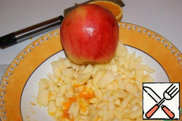 Preheat oven to 175 ° C. Peel the apples and cut into very small pieces, add the zest and juice.