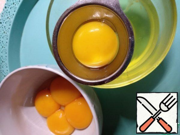 Separate the whites and yolks. I have a device like this. Eggs whites are postponed, in cupcakes they do not need us. Sift flour with baking powder and add salt.