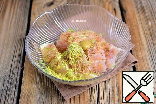 Put the fillets in a bowl, salt to taste, add the lemon and lime zest, pepper, mustard, cinnamon and garlic. Stir and leave for 30 minutes.