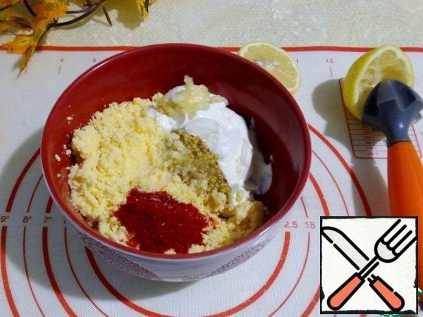 Prepare the sauce. In a bowl, add all the ingredients-sour cream, mashed with a fork boiled egg yolks, crushed garlic, mustard seeds, paprika, salt. Stir thoroughly to combine. I will stop on sour cream, it should be thick, so that the spoon stood, in extreme cases, weigh in gauze for the night. Or take less in weight, so that the salad could keep in shape. You can add mayonnaise or yogurt.