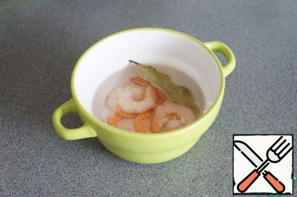 While the vegetables are cooking, cook the shrimp in your favorite way. You can fry a little in butter with garlic. This time I filled it with boiling water, squeezed out the garlic and added a Bay leaf.Important. Since the shrimp will be inside the soup, they need to be completely cleaned, remove the tails and the black stripe on the ridge.