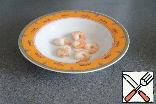 In each plate put a little shrimp (3-6 per serving).