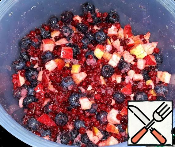 Made the stuffing. I poured blueberries into a bowl, cranberries, peeled and sliced small cubes apples. Poured sugar, the starch and cook the stuffing.