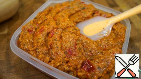 Transfer the sauce to a storage container.It turns out a very rich paste that can be stored in the refrigerator and used as needed: in the form of vegetable caviar on a side dish, as a sauce for potatoes or pasta, as a spread on sandwiches.