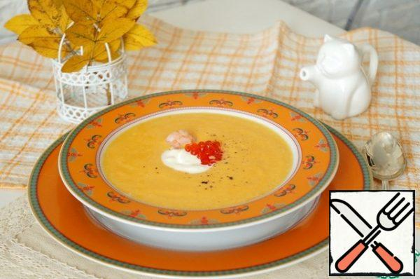 In the middle of the plate pour a little more cream (or thick sour cream), decorate with a drop of caviar.Serve the soup with white bread. Cream and salt can also be served additionally to adjust the taste.