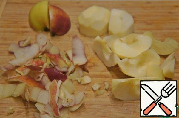 Apples peel and cut each into 8-12 slices, depending on the size of the apples.