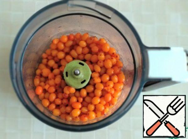 Sea buckthorn is well washed and placed in a blender.
