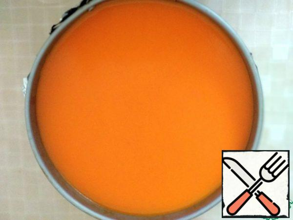 Next, prepare the jelly. To do this, in a saucepan, mix the remaining sea buckthorn puree, sugar, water and gelatin. Put on the fire and, gradually stirring, heat to 60 gr. Pour the future jelly over the cheesecake and refrigerate for at least 2 hours.