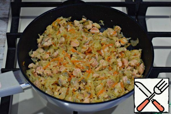 ... warm everything together for a couple of minutes, remove from heat, cool. This time I was making pink salmon pie. But you can use other fish. Suitable cod, walleye, carp, chum salmon, even Pollock.