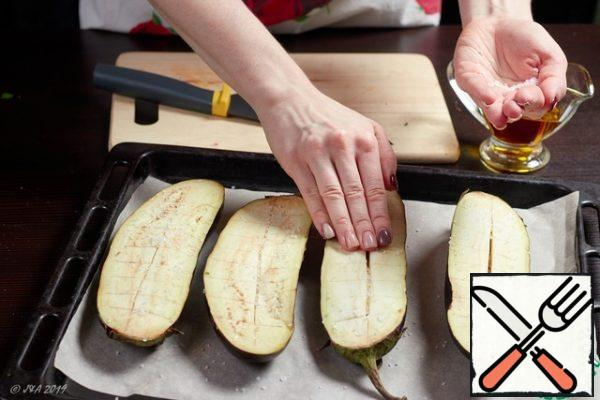 Cut the eggplant lengthwise, add salt and soak in cold water for 20 minutes to get rid of the bitterness.I've heard there are varieties of eggplant that don't taste bitter, but I'm not taking any chances