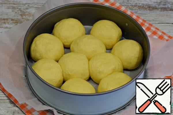 Put the pies in a baking dish (d 24-26 cm) at a small distance from each other. The bottom of the form to lay baking paper.