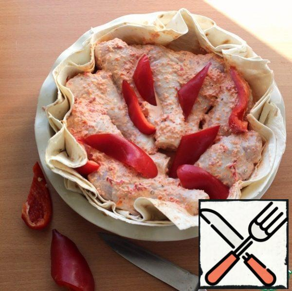 On the prepared pita put the chicken drumsticks, pour the marinade, spread on top of the chopped bell pepper.