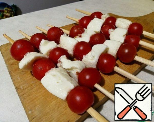 On a stick strung alternately with cherry tomatoes and mozzarella (you can just take the balls in my shop was a bit bigger).