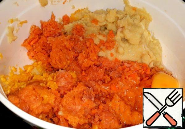In the chopper shredded chicken fillet, pork, pumpkin, carrots, potatoes, onions and garlic. Poured salt, pepper and cracked egg. In a stuffing it is possible to add on the taste of the seasonings.