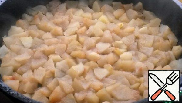 Apples to clear. Cut into pieces, sprinkle with lemon juice and sprinkle with sugar. Here in the pan in the peeled form of 350 g apples.