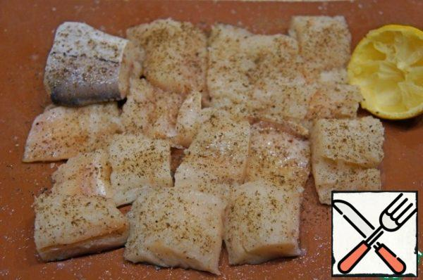 Fish wash, peel and cut into fillets with skin. Cut the fillet into pieces, season with salt and pepper, sprinkle with lemon juice and set aside. From waste (fins, bones) cook broth with the addition of onions, carrots, root and petiole celery, taken additionally, NOT from the list of ingredients.