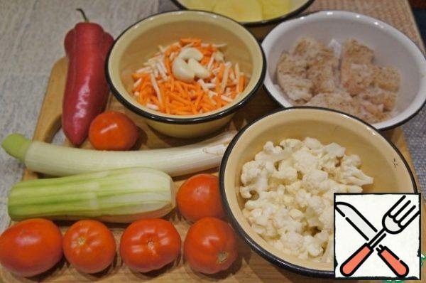 While the broth is cooking, wash and clean the vegetables (the weight of all vegetables, except bell pepper, is given in the already cleaned form). Carrots and celery chop into strips.
