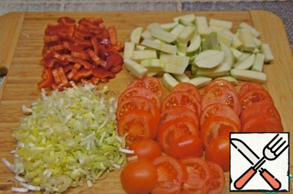 Zucchini cut into cubes, bell pepper-strips, tomatoes-circles 0.5-1 cm thick. Cabbage disassemble into small inflorescences. Potatoes cut into arbitrarily. Crush the garlic.