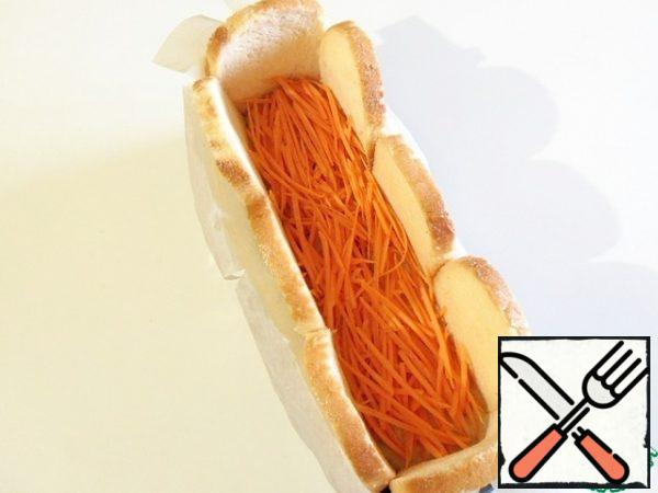Pour the third part of the potato-mushroom mixture on the bread, put the carrots on top. Lightly crush.