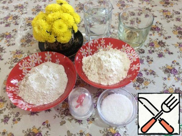 Prepare the food. While preparing the starter the oil, salt and sugar we don't need. These foods will be added when we start making bread.