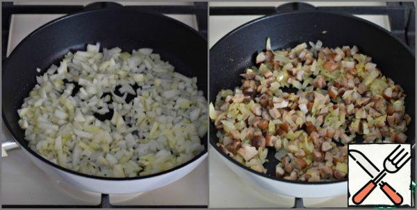 Onions chop and fry in well-heated vegetable oil for a couple of minutes. The fire is active. Then add to the pan with the onion finely chopped mushrooms (I used white) and cook all together for another three or four minutes. Salt the filling to taste, cool.
