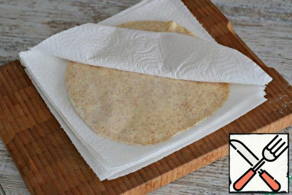 Fold the cakes in a pile, laying them with paper towels or thin napkins, so that the cakes do not dry up.
