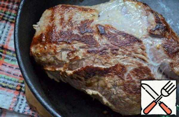 Heat the pan, grease! vegetable oil and fry the meat until a beautiful blush, 5 minutes on each side.