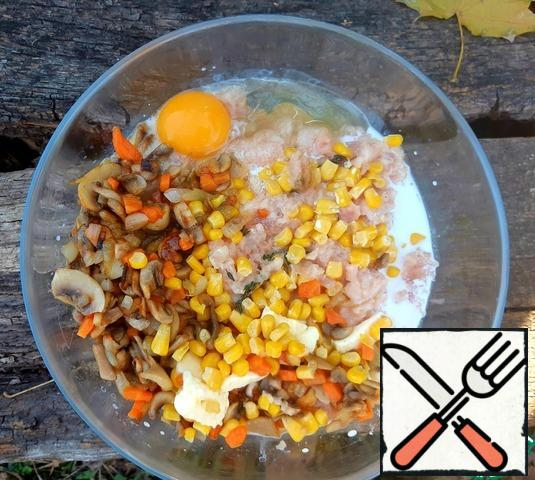 Add cream, butter, corn, fresh thyme leaves, fried vegetables, one egg and spices to the minced meat. Mix everything thoroughly.