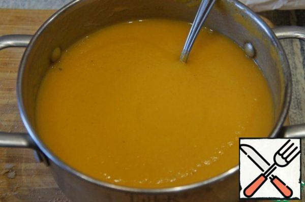 In the puree, add the vegetable broth to adjust the consistency, and once again bring to a boil.