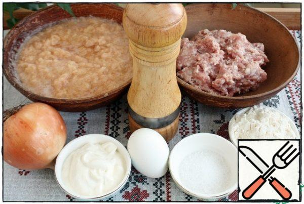 Peel the potatoes, grate on the smallest grater to the state of mush, add flour, eggs, salt. In the minced meat, add finely chopped onion, sour cream, salt and pepper, stir. If you add mayonnaise, then be careful with salt.