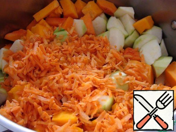 Carrots and onions clean, then cut the onion, and carrots for soups personally, I always RUB on a large grater, because it is cooked for a long time. And to enhance the taste, cut 1-2 tomatoes into the soup. All vegetables put in a pot of suitable volume, pour cold water and bring to a boil over high heat. Then reduce the heat to a small boil, cover the pan with a lid and cook. Personally I have water took 2 liter, because I flooded vegetables, to they a bit opposed. In the photo vegetables without water.