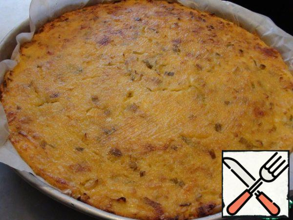 And put to bake in a hot oven, the temperature is 180 degrees, for an hour. After an hour, turn off the oven and leave the pie in it for another 30 minutes. If you cook half the volume in a smaller handicap, then the cooking time will have to be slightly reduced. Here's the top view.
