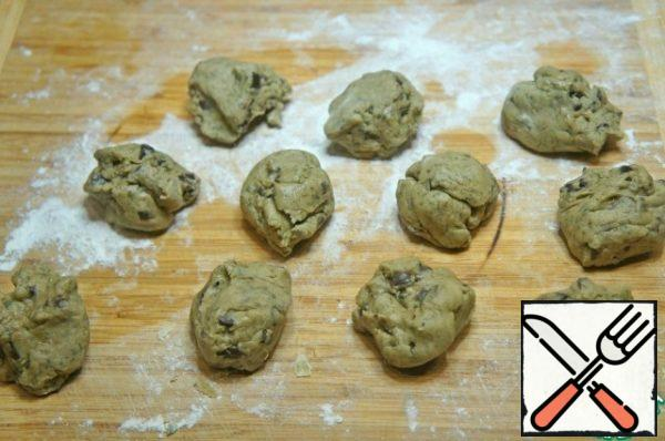 Divide the dough into pieces of about 30 g,