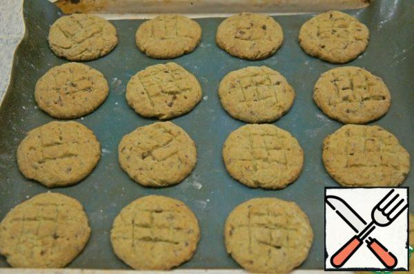 Once the edges are Golden, remove the cookies from the oven and leave to cool on a baking sheet. The main thing is not to overdo the cookies in the oven.