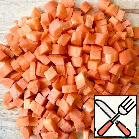 Carrots also turn into cubes. Add to the pan with the onions. Continue roasting for 5-7 minutes.