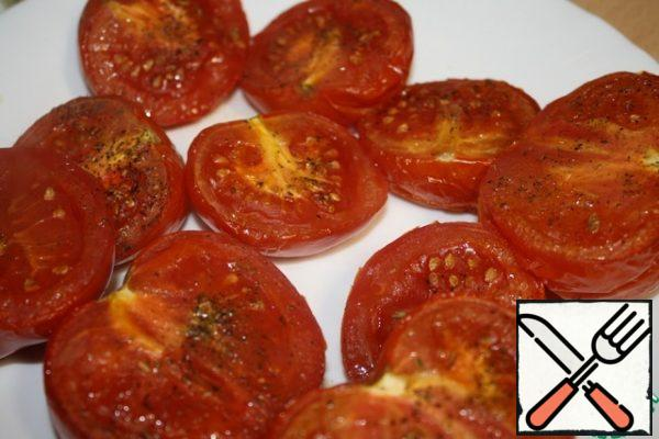 Also bake peppers and tomatoes. In winter, the peppers are marinated in oil, they are already baked and without skins. Tomatoes cut in half, sprinkle with salt and sugar. You can sprinkle your favorite herbs. I had the savory. Preheat the oven to 200 degrees and bake for about 40 minutes.