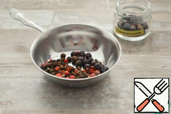 Pepper I take a black and pink polka dots. Can be only black, or black plus fragrant.Pepper and juniper berries grind in a coffee grinder or spice mill