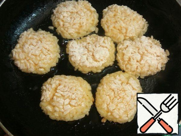 Flatten, forming meatballs and put in a well-heated pan with vegetable oil.